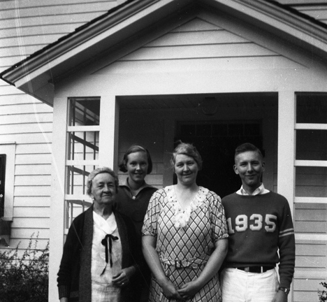 New 1935 Bothell High School graduate Ron Green with Iowa cousins.